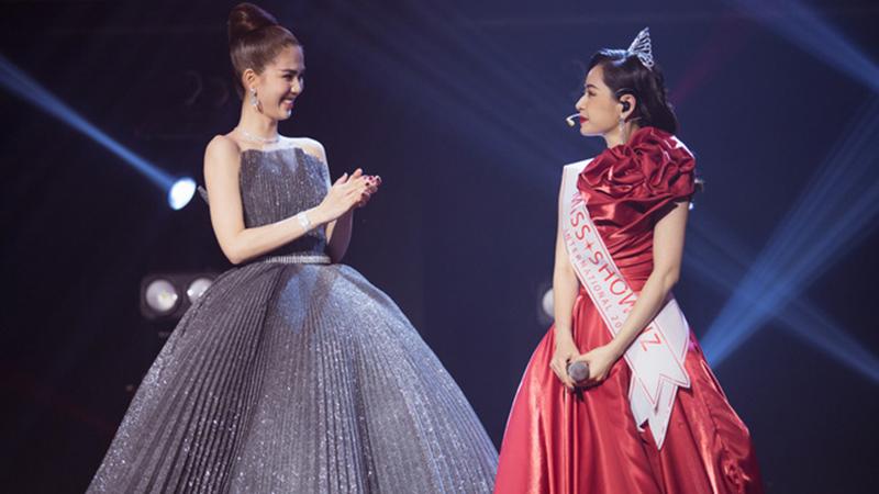 ngoc-trinh-bat-ngo-trao-vuong-mien-hoa-hau-showbiz-cho-chi-pu-tai-webtvasia-awards