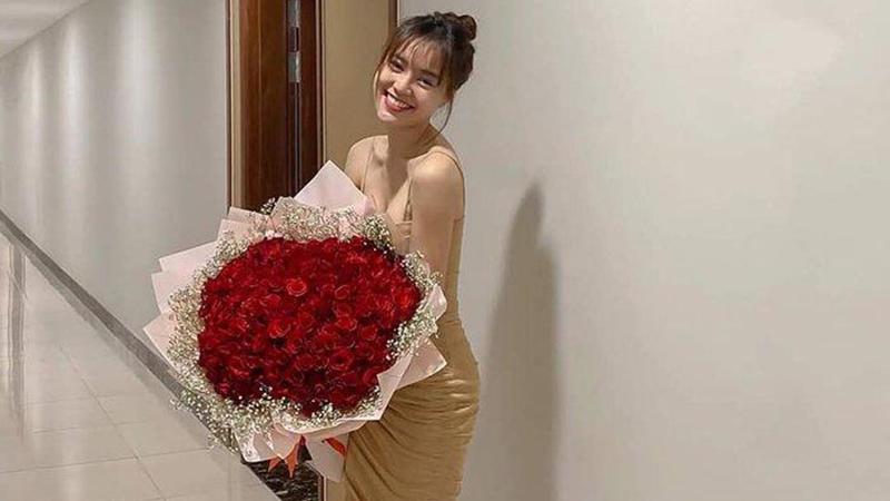 dang-anh-xinh-dep-ben-bo-hoa-khung-dip-valentine-ninh-duong-lan-lo-bang-chung-hen-ho-chi-dan-khong-the-choi-cai