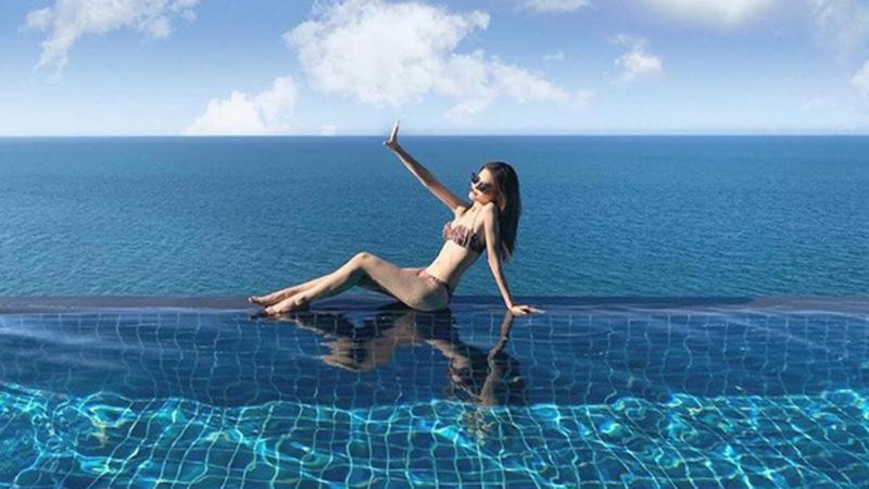 a-hau-phuong-nga-dien-bikini-khoe-dang-chuan-binh-an-lien-co-dong-thai-ngot-ngao-the-nay-day