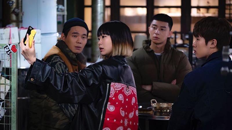 thoi-trang-trong-phim-itaewon-class-dien-nu-jo-yi-seo-la-mot-fashionista-chinh-hieu