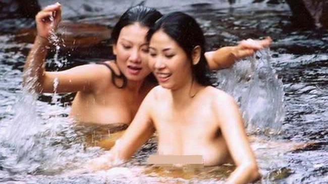 nhung-hoa-hau-tung-bao-dan-coi-ao-chup-nude-van-khong-bo-ngoai-tai-duoc-thi-phi